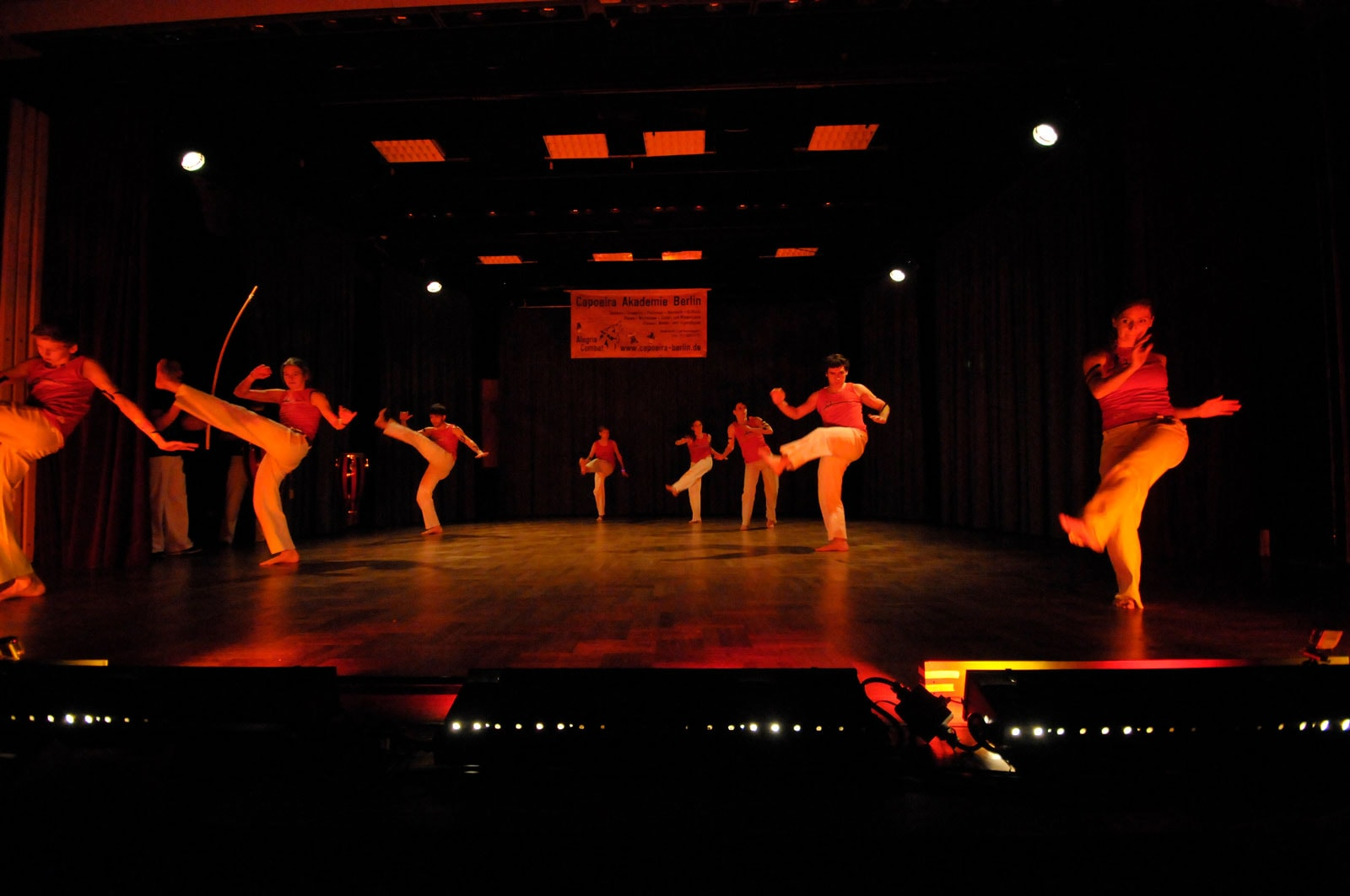 Capoeira Akademie Berlin: Auftritt rot beleuchtet
