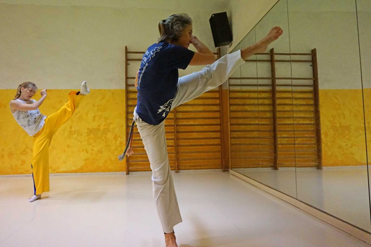 Capoeira Akademie Berlin: Tritt vor Spiegel