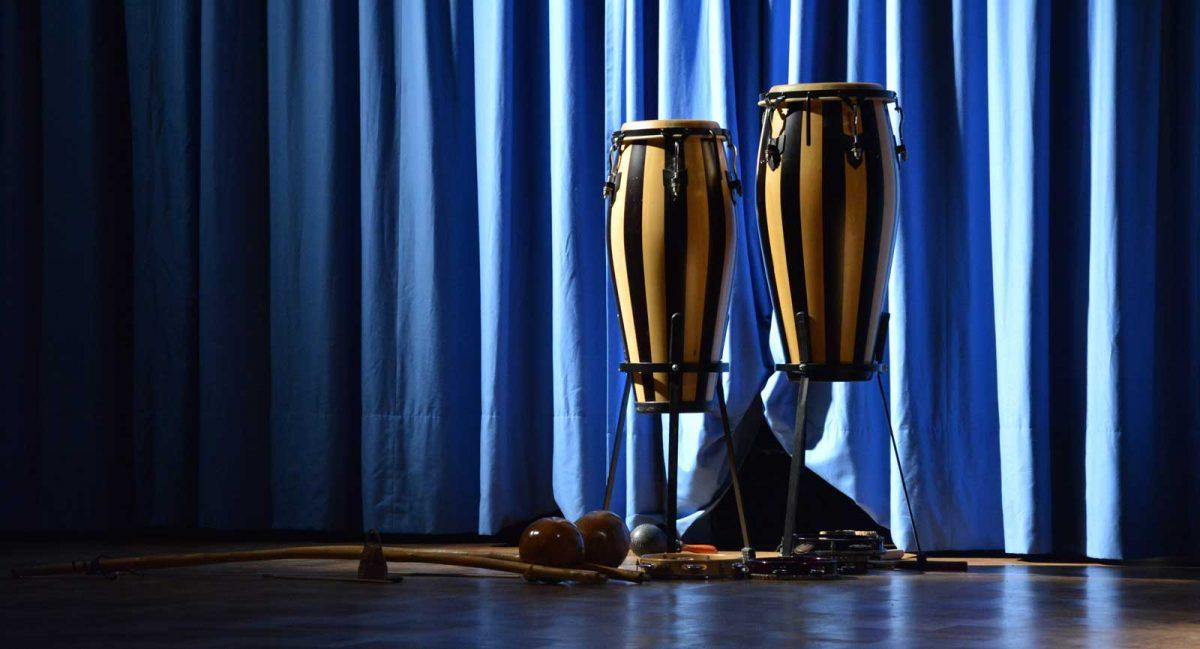 Capoeira Akademie Berlin: Bühnenvorhang vor Auftritt
