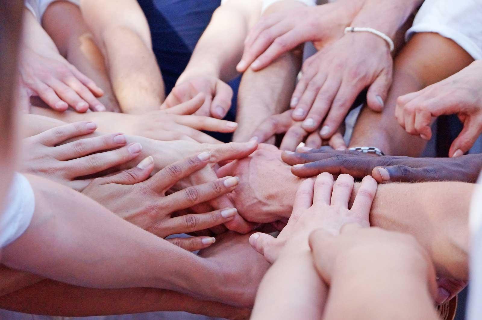 Capoeira Akademie Berlin: viele Hände nach dem Training